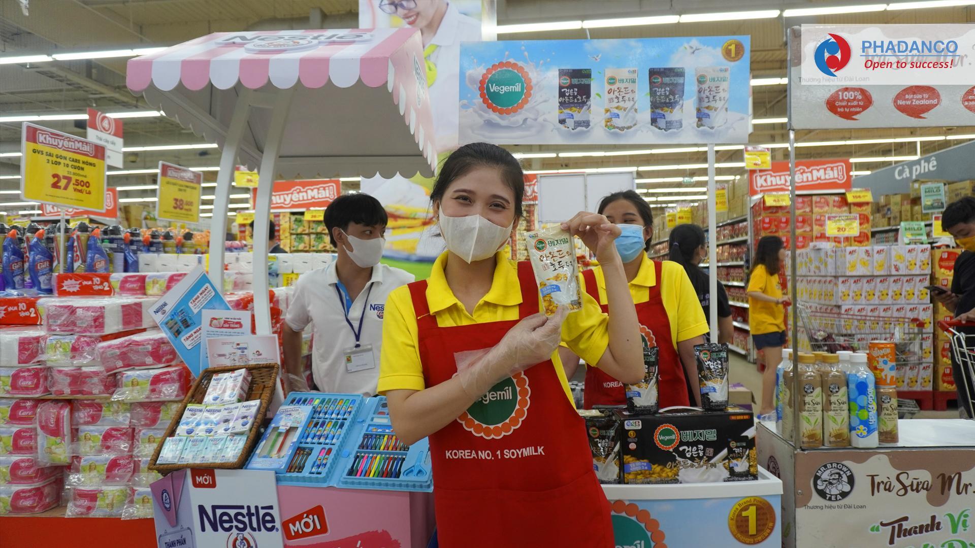 Nhân viên pg sampling sản phẩm của Truyền Thông Phan Đang đang làm nhiệm vụ tại siêu thị
